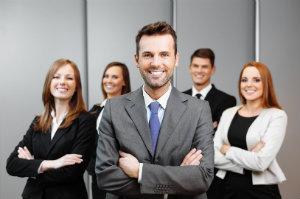Mitarbeiter und Führungskraft beim Business-Fotoshooting mit dem Fotografen.