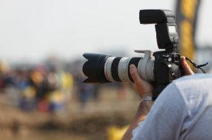 Eventfotograf schießt Fotos bei einer Veranstaltung.