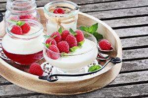 Ein zum Fotografieren angerichtetes Dessert mit Dekoration.