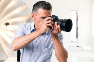 Ein professioneller Fotograf bei der Arbeit.