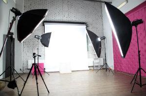 Ansicht eines modernen Fotostudios mit Equipment.