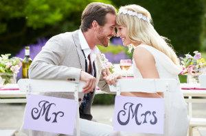 Braut und Bräutigam bei der Hochzeitsfeier.