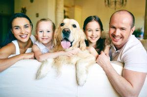 Familie beim Fotoshooting mit dem Familienhund.