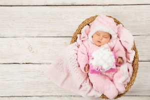 Ein Neugeborenes beim Fotoshooting.