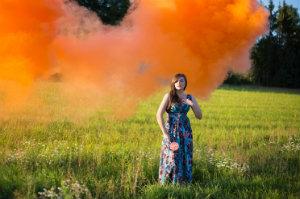 Eine junge Frau beim Outdoor-Fotoshooting.