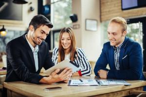 Zeitarbeitsfirmen bieten oft auch Personalvermittlung an.