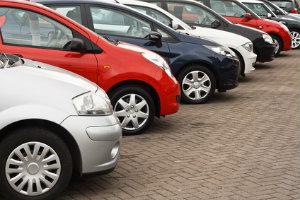 Das erste Auto kaufen ist für Fahranfänger eine große Herausforderung.