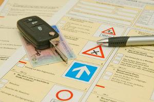 Die Fahrschule unterrichtet die Theorie und Praxis für zahlreiche Führerscheinklassen.