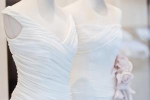 Weiß ist noch immer die beliebteste Farbe der Brautmode, sie spiegelt die Reinheit der Liebe wieder.