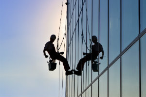 Professionelle Fensterputzer können auch bei schwierigen Konstruktionen eine professionelle Glasreinigung durchführen.