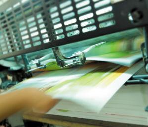 In einer Online-Druckerei können Flyer, Plakate und Aufkleber von zu Hause aus in Druck gegeben werden.