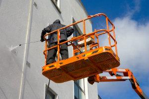 Fassadenreiniger gehen gegen Graffiti und andere Verschmutzungen der Fassade vor.
