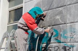 Die Entfernung von Graffiti ist stets eine neue Herausforderung für professionelle Reinigungsfirmen.