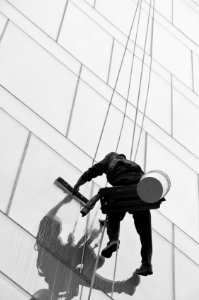 Bei einer Fassadenreinigung sind hohe Preise nicht unüblich – sie erhält jedoch die Gebäudesubstanz und verbessert die öffentliche Wahrnehmung.