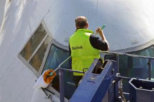 Die Flugzeugreinigung gehört in die Hände von professionellen Firmen, die über das notige Werkzeug verfügen und eine Schulung hinter sich haben.