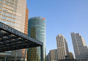 Gebäudereinigung in Berlin: Die Hochhäuser müssen auch von außen gepflegt werden.