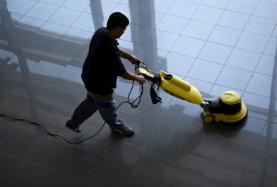 In erster Linie umfasst das Arbeitsfeld eines Unternehmens für Gebäudereinigung allgemeine Reinigungs- und Pflegearbeiten.