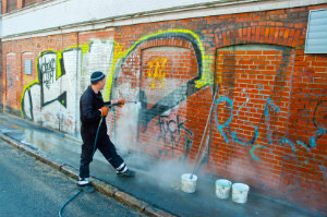 Die Graffiti-Entfernung kann durch vorherige Behandlungen des Untergrunds erheblich erleichtert werden.