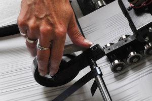 Neben 3 Hochleistungsbeschriftern und 7 Kuvertiermaschinen wird je nach Komplexität des Auftrags auch händisch gearbeitet.