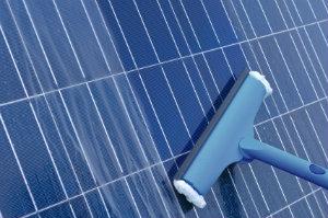 Eine regelmäßige Reinigung der Solaranlage ist nötig, um höchstmöglichen Energiegewinn sicherzustellen.