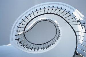 Die Treppenhausreinigung ist eine unangenehme Tätigkeit, da sie zeitintensiv ist und in regelmäßigen, kurzen Abschnitten wiederholt werden muss.