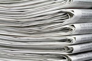 Altpapier und Pappe kann wiederverwertet und zu neuem Papier recycelt werden. Daher lohnt sich die sachgemäße Entsorgung in einem Papiercontainer.