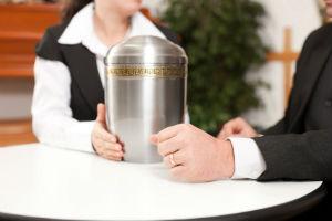 Die alternative Bestattung erfolgt meist in einer Urne.