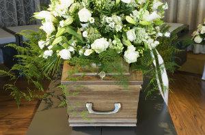 Indem man einem vertrauenswürdigen Bestattungsunternehmen beliebig viele Teile der Bestattungsorganisation übergibt, gewinnt man Ruhe und Raum für die Trauer.