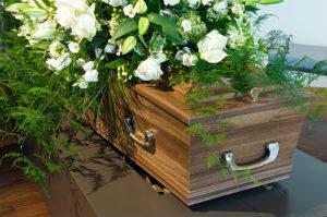 Neben der Erdbestattung im Holzsarg gibt es viele weitere Bestattungsarten.