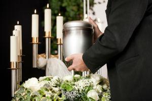 Die Einäscherung: Kosten können u. a. auch durch Friedhofsgebühren entstehen.