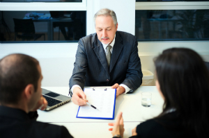 Die GmbH-Gründung erfordert ein hohes Mindestkapital.