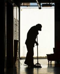 Wenn das Licht im Hausflur flackert oder der Wasserhahn tropft, übernimmt der Hausmeisterdienst die Reparatur.