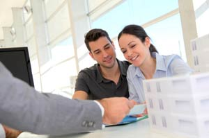 Ein Immobilienmakler unterstützt den Verkauf einer Immobilie auf vielfältige Weise.