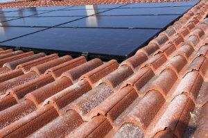 Indach-Photovoltaikanlagen ersetzen die übliche Dacheindeckung und bilden so eine Ebene mit dem Restdach.