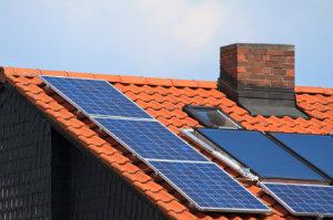 Bei der Photovoltaikmontage gibt es verschiedene Varianten der Anbringung je nach Dach.