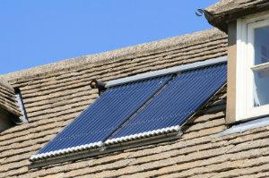 Thermische Solaranlagen wandeln Sonnenenergie in Wärmeenergie zur Warmwasseraufbereitung und Heizungsunterstützung um.