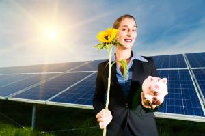 Kostenlose Sonnenenergie mittels Fotovoltaik intelligent nutzen: Eine Fotovoltaikanlage hilft Kosten zu reduzieren.