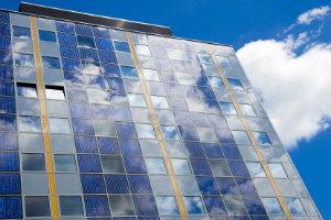 Hingucker statt Kompromisslösung: Die gebäudeintegrierte Photovoltaik schafft es, Solarmodule auch optisch ansprechend in Gebäude zu integrieren.