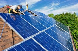 Die Kosten einer Solaranlage richten sich nach dem ausführenden Unternehmen, der Art der Module und dem Wechselrichter.