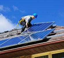 Die Solaranlage auf dem Dach lässt Eigentümer von der kostenlosen Sonnenenergie profitieren.