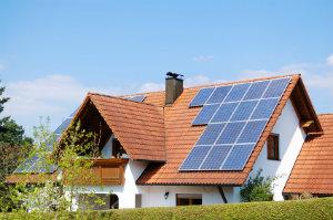 Eine Solaranlage für das Einfamilienhaus bietet dauerhaft finanzielle Vorteile.