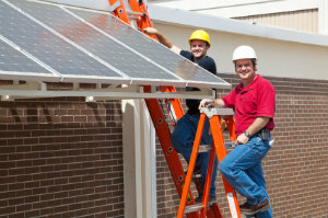 Eine Solaranlage zu installieren ist ein Unternehmen, welches nur mit professioneller Hilfe in Angriff genommen werden sollte.