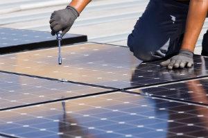 """Um die Frage """"Wie funktioniert eine Photovoltaikanlage"""" zu beantworten, sollte man sich ein wenig in Sachen Elektrik auskennen."""