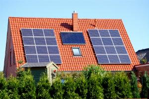 Um den Wirkungsgrad einer Solaranlage zu steigern, sollte man sich an fachkundige Solarfirmen wenden.
