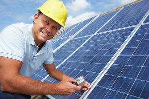 Um die Wirtschaftlichkeit einer Solaranlage zu verbessern, sollte sich der Hausbesitzer unbedingt im Voraus informieren.