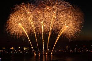 Mit einem Brillantfeuerwerk lassen sich außergewöhnliche Effekte am Himmel erzielen, die für eine stimmungsvolle Atmosphäre sorgen.