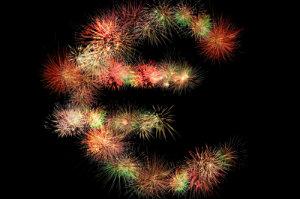 Bevor man sich für ein bestimmtes Feuerwerk entschiedet, sollten die Kosten verschiedener Anbieter verglichen werden.
