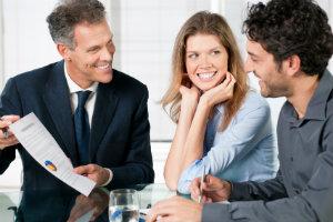 Anlageberater können unabhängig oder für Banken und andere Unternehmen arbeiten.