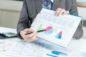 Während der Anlageberatung werden Kunden zu sinnvollen Geldanlagen für ihr Vermögen beraten.