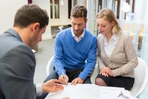 Finanzberater bieten Kunden Versicherungen, Anlageprodukte und Darlehen an.
